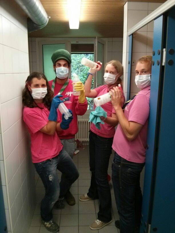 Hike- en kliminstructeurs die wc's schoonmaken, extra desinfectierondes vanwege het buikgriepvirus (normaal is het zonder mondkapjes)